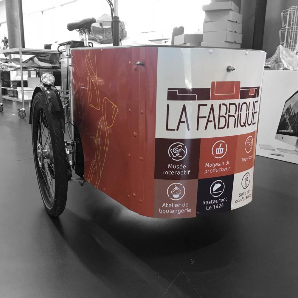 Pose d'un sticker sur un vélo pour l'entreprise La Fabrique